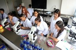 estudiantes en laboratorio