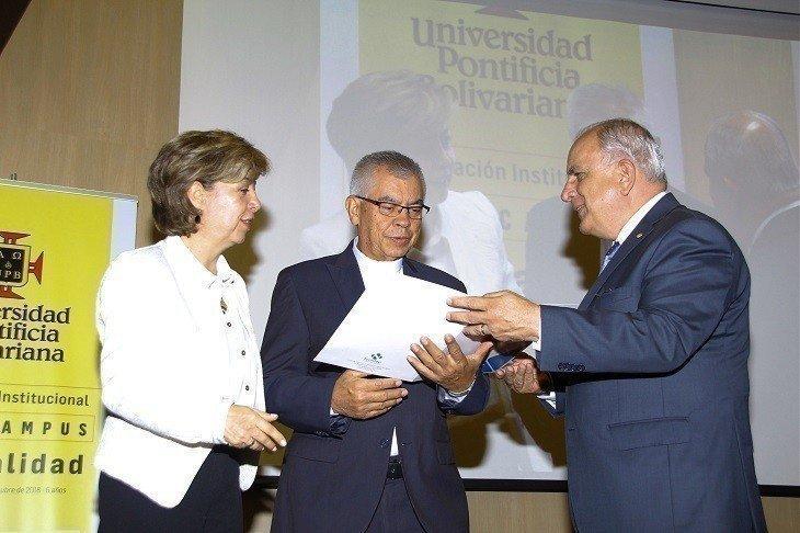 Dir.regional Icontec Adriana Alonso, Rector de la UPB Pbro. Julio Jairo Ceballos Sepúlveda y Dr. Hector Arango, presidente consejo directivo Icontec.