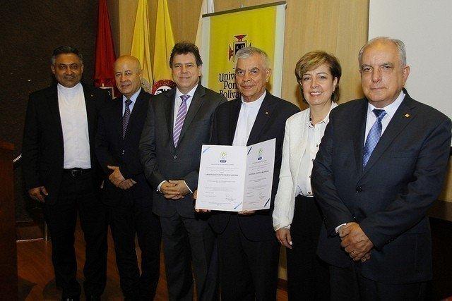 Directivos de la Universidad Pontificia Bolivariana, Área Metropolitana e Icontec en el recibimiento de la certificación.